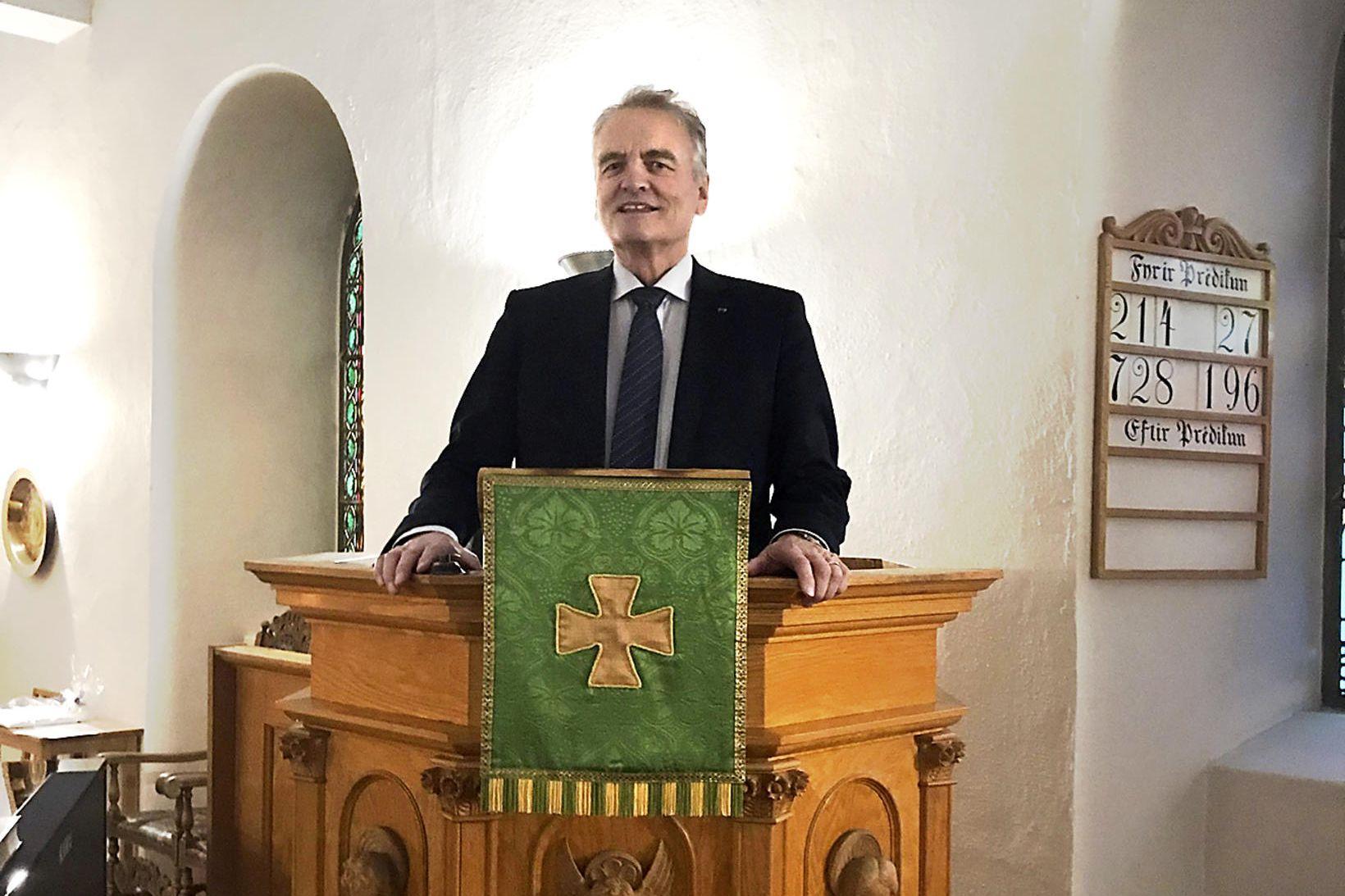Guðni Ágústsson í prédikunarstól Bessastaðakirkju.