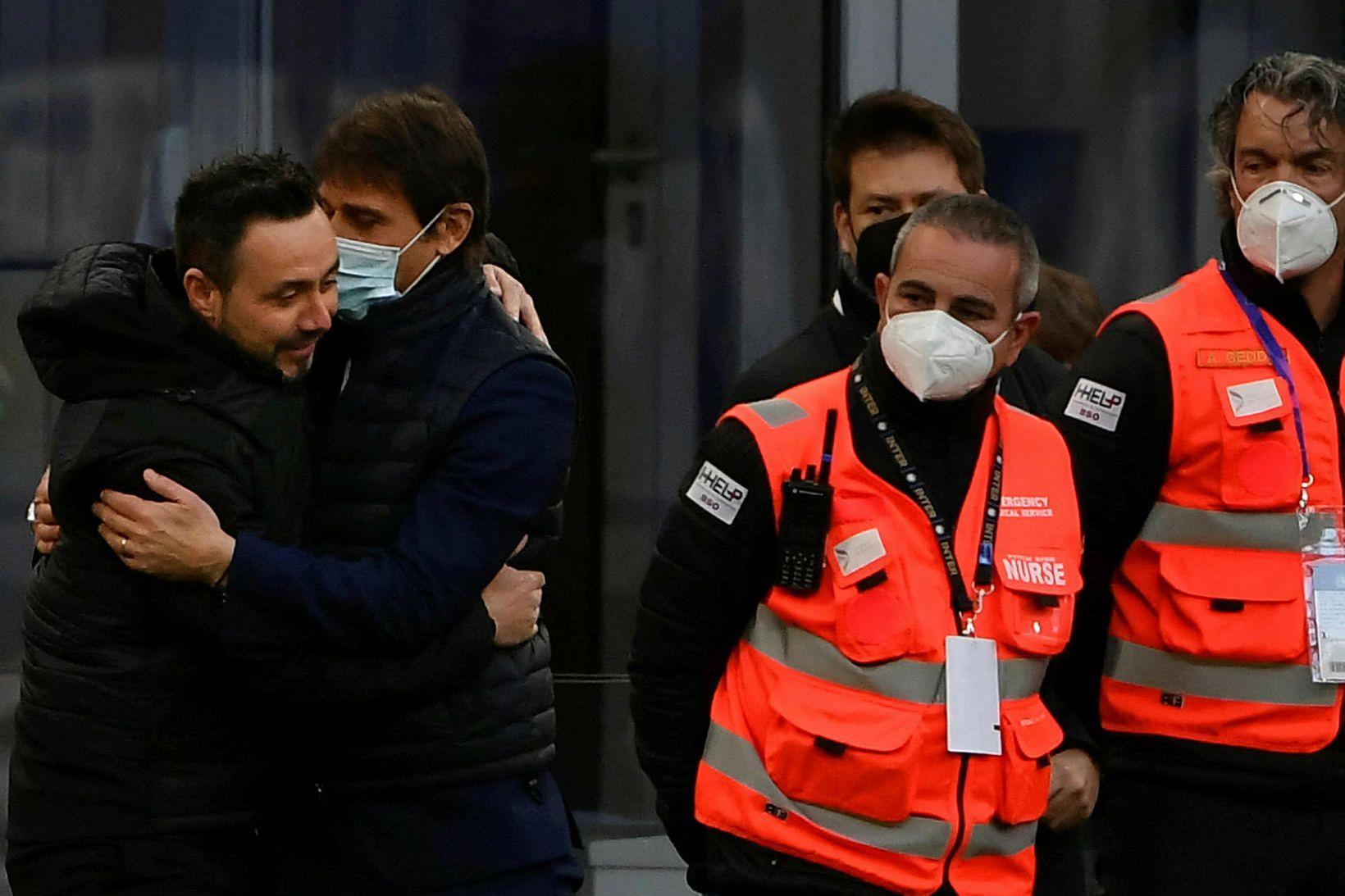 Roberto De Zerbi faðmar stjóra Inter Mílanó, Antonio Conte, fyrir …
