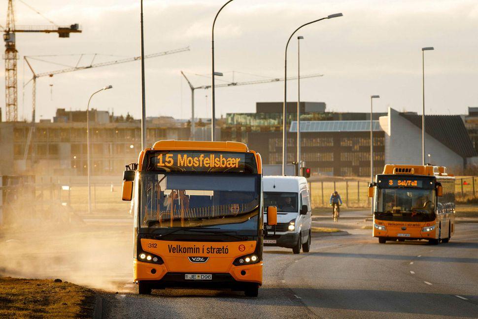 Svifryk þyrlast upp af Hringbraut í Reykjavík.