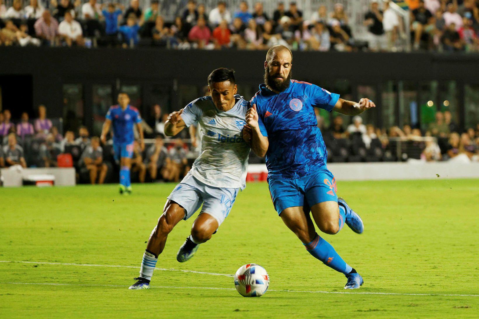 Gonzalo Higuaín í baráttunni í leik með Inter Miami á …