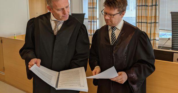 Frá vinstri, Torstein Lindquister og Bjørn Gulstad, er þeir báru saman bækur sínar fyrir héraðsdómi.