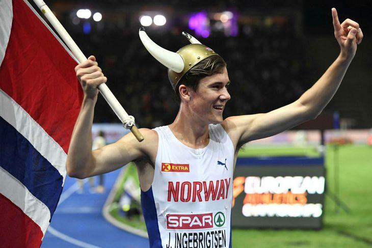 Jakob Ingebrigtsen fagnar sigri sínum í 1500 metra hlaupinu í Berlín.