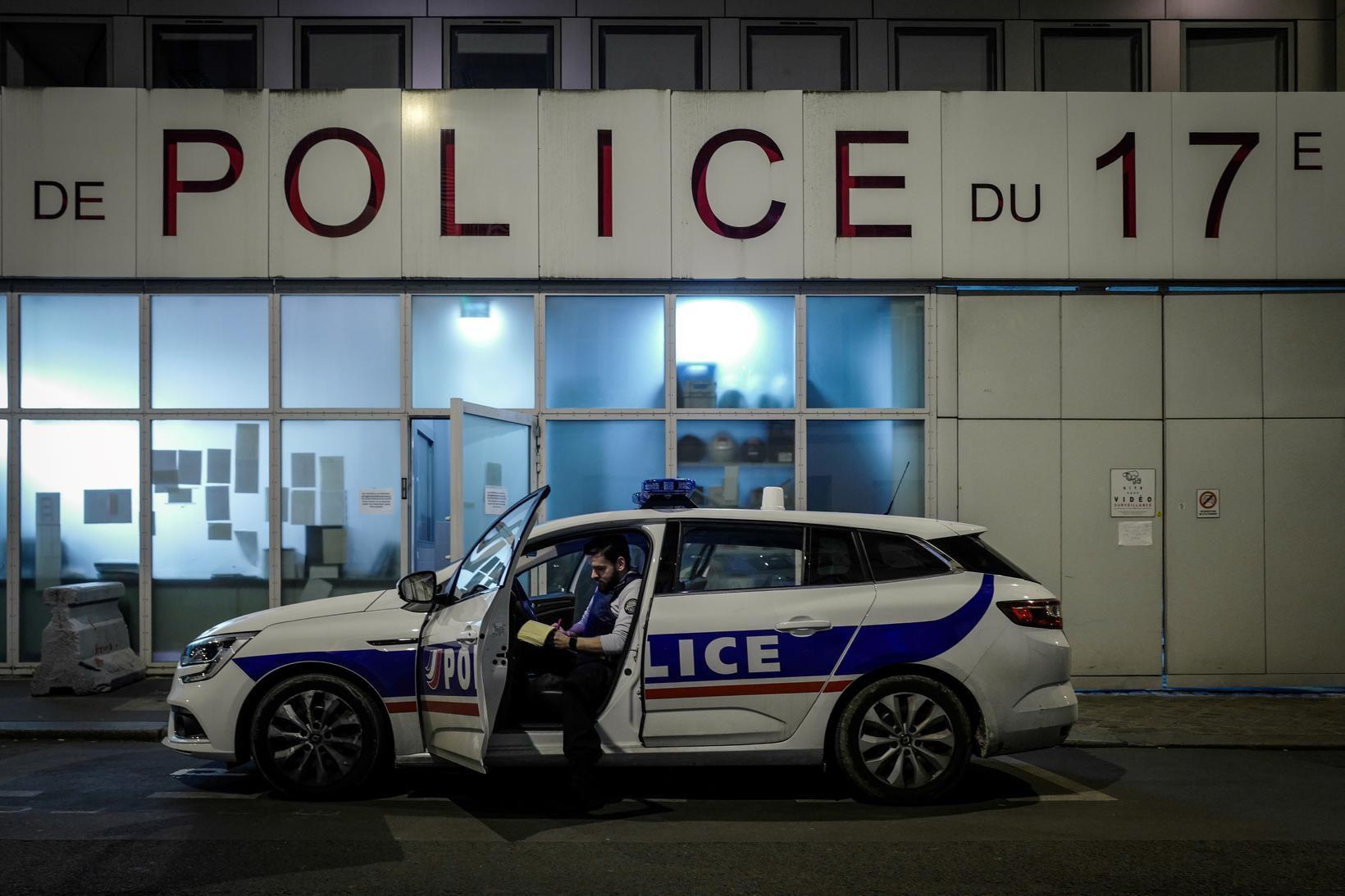 Lögreglumaður klárar vakt við lögreglustöð í París.