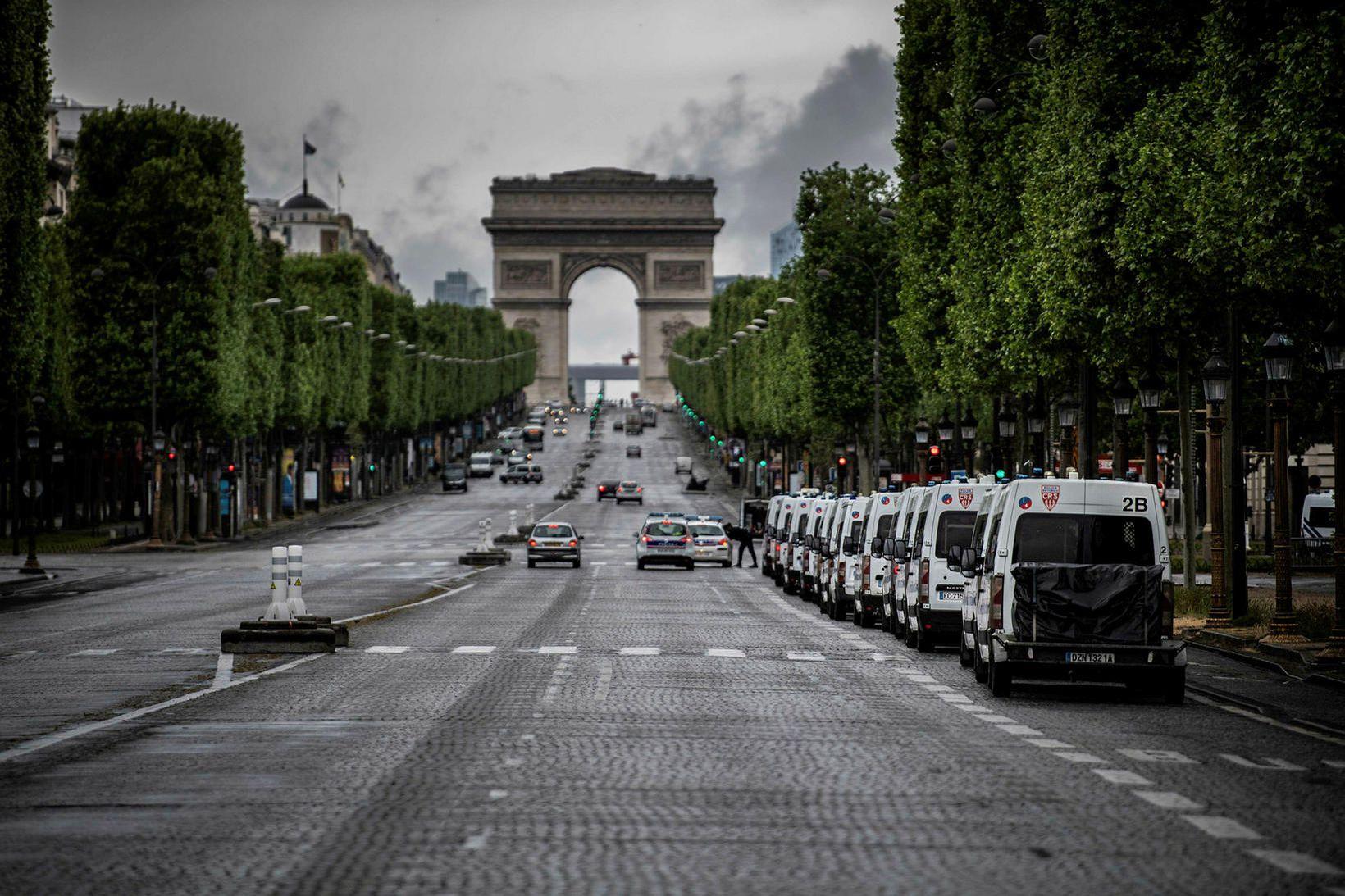 Frá Champs Elysees í París á verkalýðsdaginn.