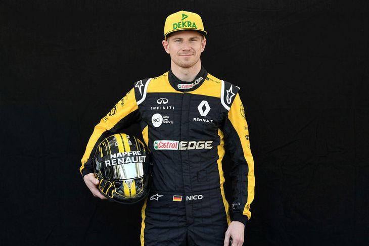 Nico Hülkenberg hjá Renault með hjálm sinn í Melbourne.