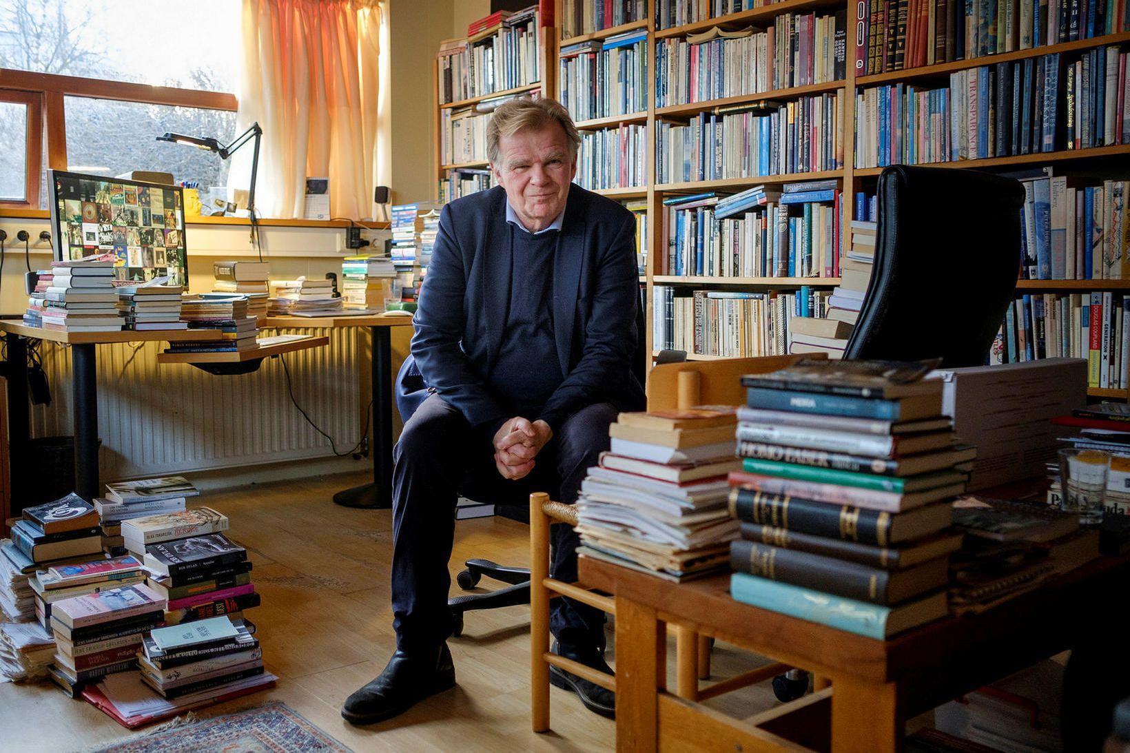 Einar Már Guðmundsson rithöfundur á vinnustofu sinni í Grafarvoginum.