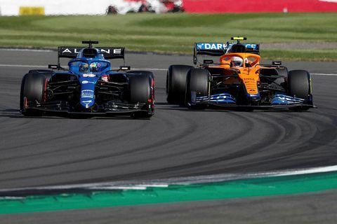 Fernando Alonso (t.v.) rétt á undan Lando Norris í harðri stöðubaráttu í Silverstone í dag.