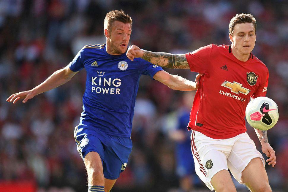 Lindelöf í baráttu við Jamie Vardy, framherja Leicester City.