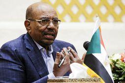Omar al-Bashir skorti ekki fé, ef marka má fréttir dagsins.