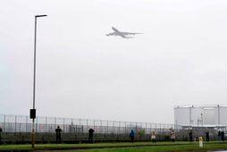 Flugvél á flugi yfir Heathrow-flugvelli.