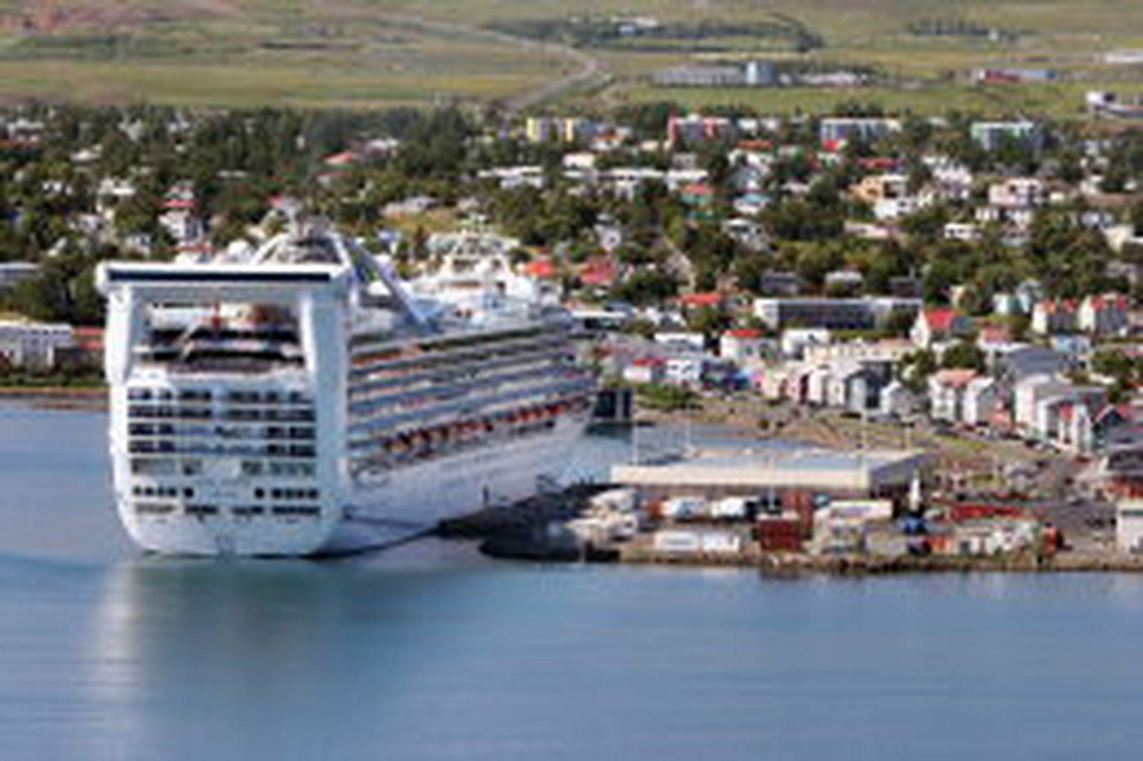 Grand Princess við höfn á Akureyri.