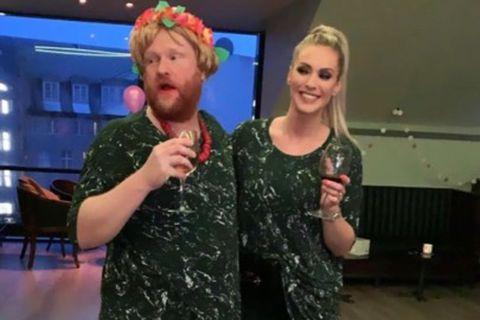 Hvítvínskonan og Alexandra Helga Ívarsdóttir eins klæddar.
