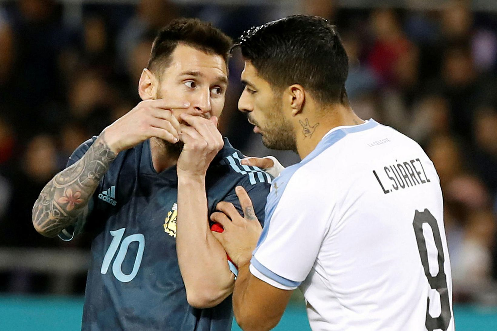 Lionel Messi og Luis Suárez ræða málin.