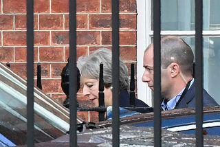 Theresa May forsætisráðherra Bretlands hefur hvatt þingmenn Íhaldsflokksins til að halda ró sinni.