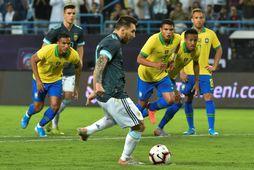 Lionel Messi tekur víti í leiknum í kvöld.
