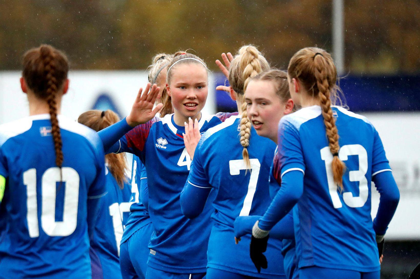 Arna Eiríksdóttir (4) fagnar marki í leik með U19-landsliðinu fyrr …
