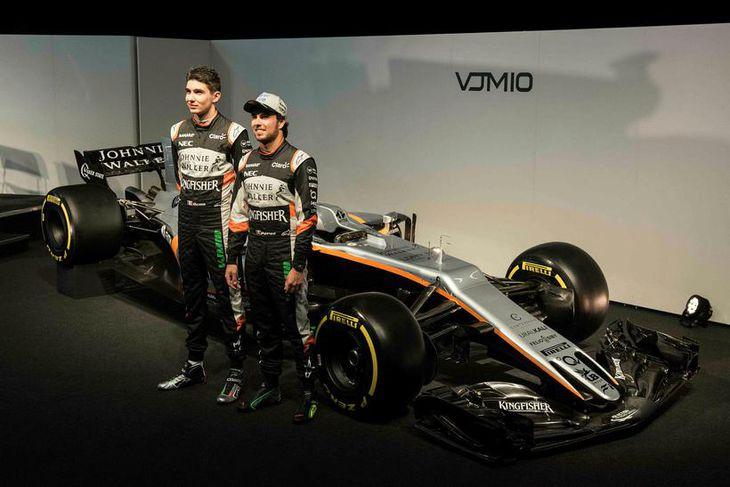 Sergio Perez (t.h.) og Esteban Ocon við 2017-bíl Force India í Silverstone í gær.
