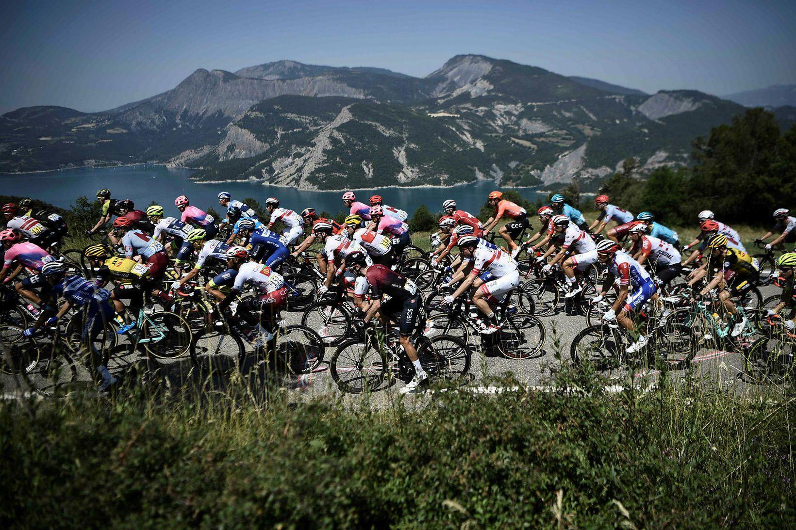 Í Tour de France er hjólað vítt og breitt um …