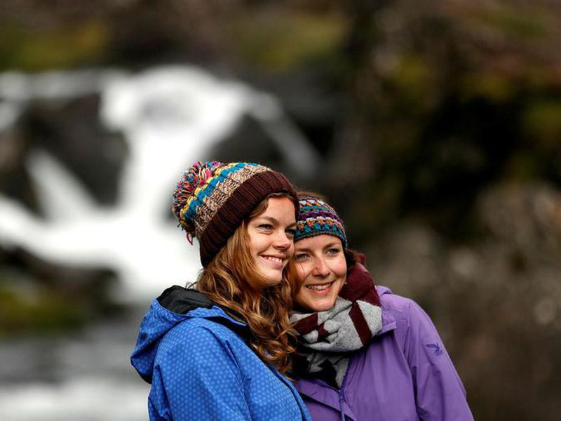 Tourists at Öxarárfoss at Þingvellir.