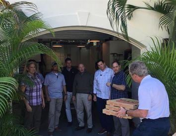 George W. Bush, fyrrverandi forseti Bandaríkjanna, kemur færandi hendi til starfsmanna leyniþjónustunnar með pizzur í ...