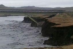 Brúarendinn stendur nú hálfur út í vatnið.