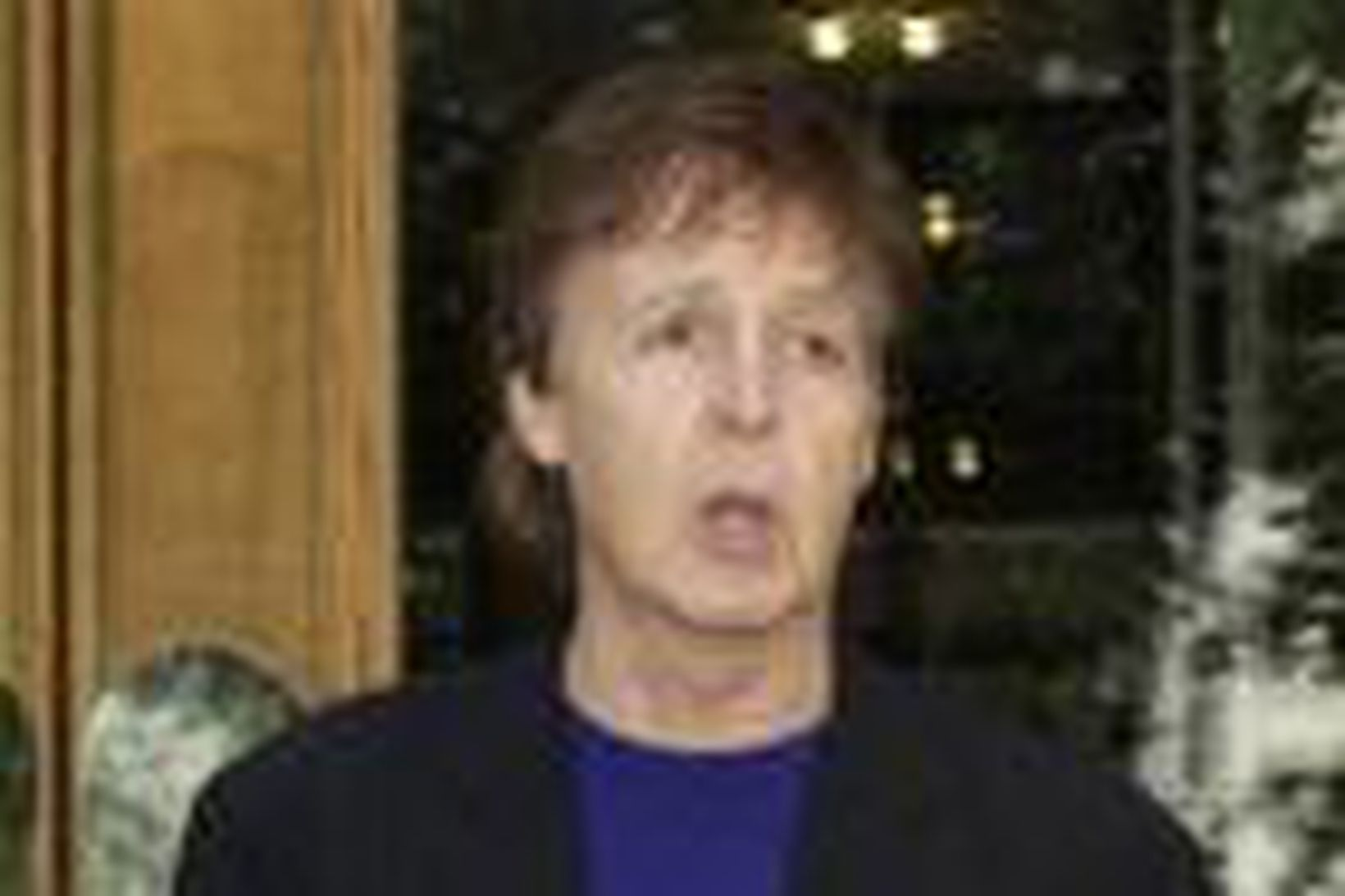 Paul McCartney yfirgefur Sony kvikmyndahúsið í Lundúnum með eintak af …