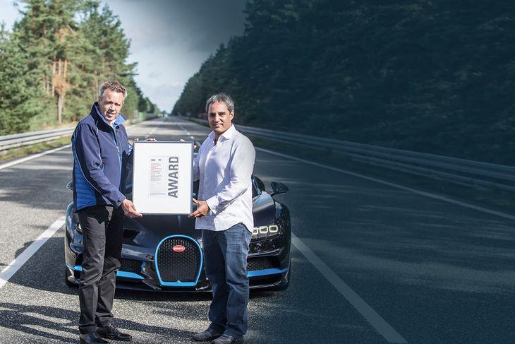 Wolfgang Durheimer forstjóri Bugatti (t.v.) og Montoya með skjöld til staðfestingar hraðametinu.