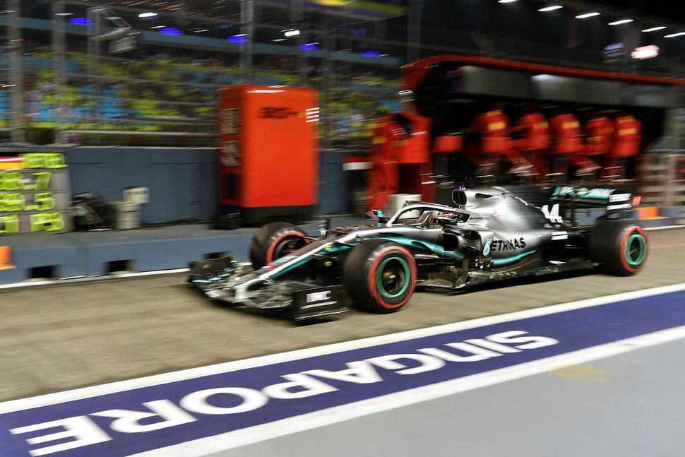 Lewis Hamilton í bílskúrareininni á seinni æfingu dagsins sem fram ...