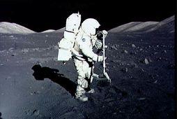 Geimfarinn Harrison Schmitt safnar tunglgrjóti í desember 1972 í ferð Appolo 17. Síðan þá hefur …