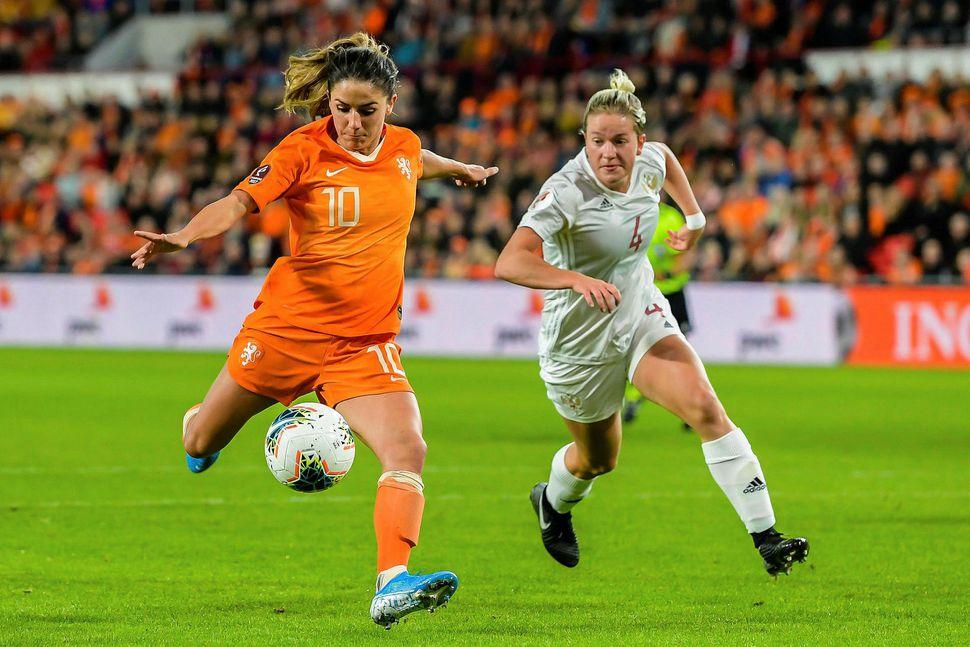 Danielle van de Donk skoraði þrennu fyrir Hollendinga.