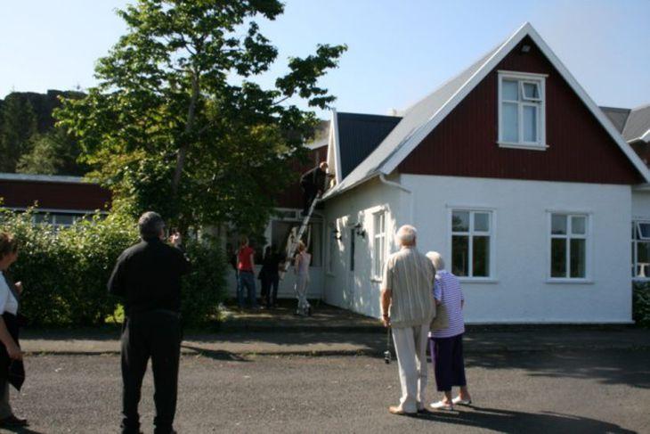 Starfsfólk og gestir reyndu að bjarga eigum sínum en urðu fljótt frá að hverfa.