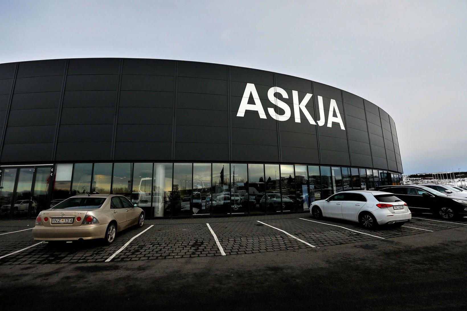 Bílaumboðið Askja flytur inn bifreiðar frá Mercedes-Benz og Kia.