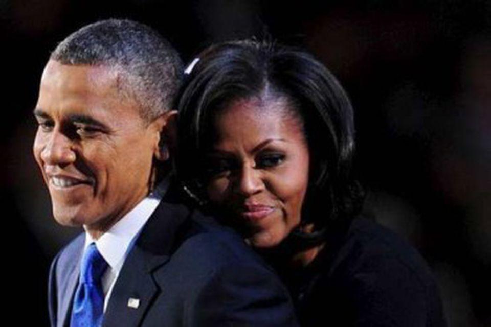 Barack Obama og Michelle í faðmlögum daginn eftir að úrslit kosninganna voru orðin ljós.
