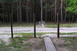 Minnisvarði hefur verið reistur við göngin sem grafin voru frá Stalag Luft III.