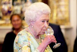 Breska drottningin slær ekki hendinni á móti góðum kokteil.