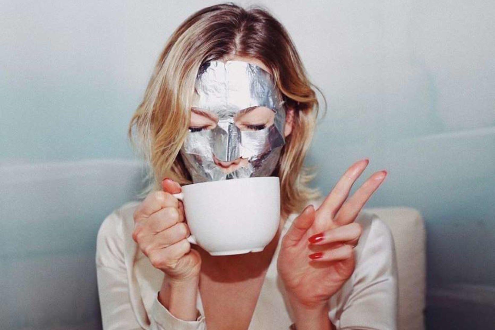 Fyrirsætan Karlie Kloss með Advanced Night Repair-andlitsmaskann frá Estée Lauder.