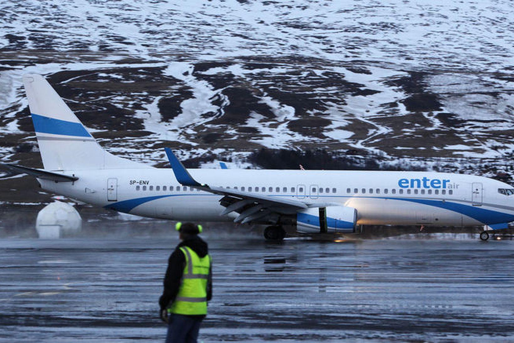 Boeing 737-800 vél frá Enter Air brunar framhjá flughlaðinu á …