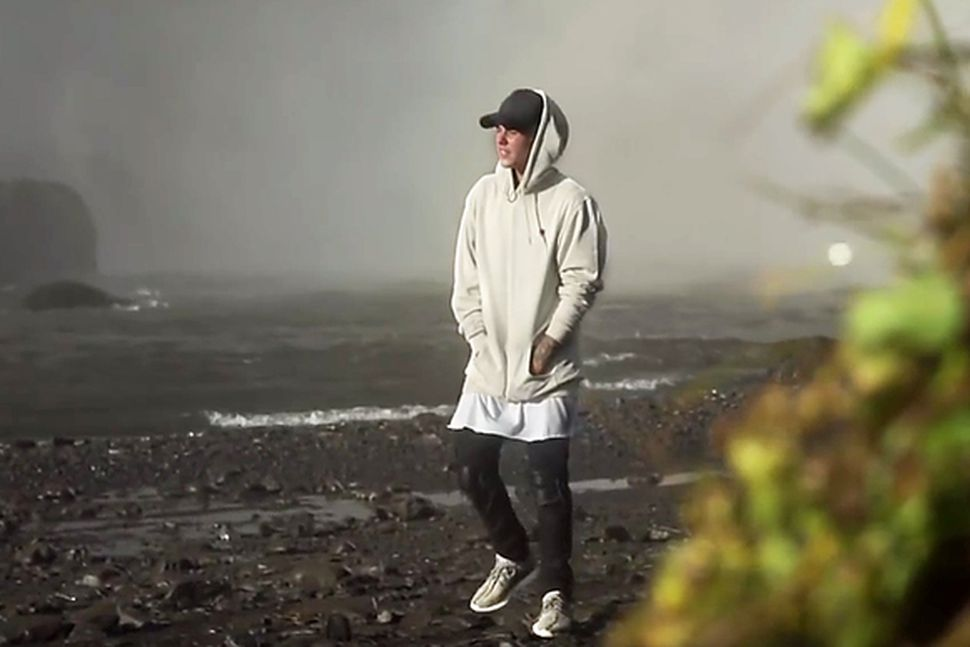 Stillimynd úr tónlistarmyndbandi Justins Biebers, hér er hann staddur við ...