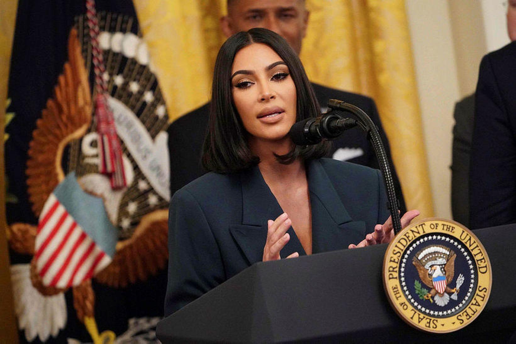 Kim Kardashian West fær sér CBD-olíu fyrir háttinn.
