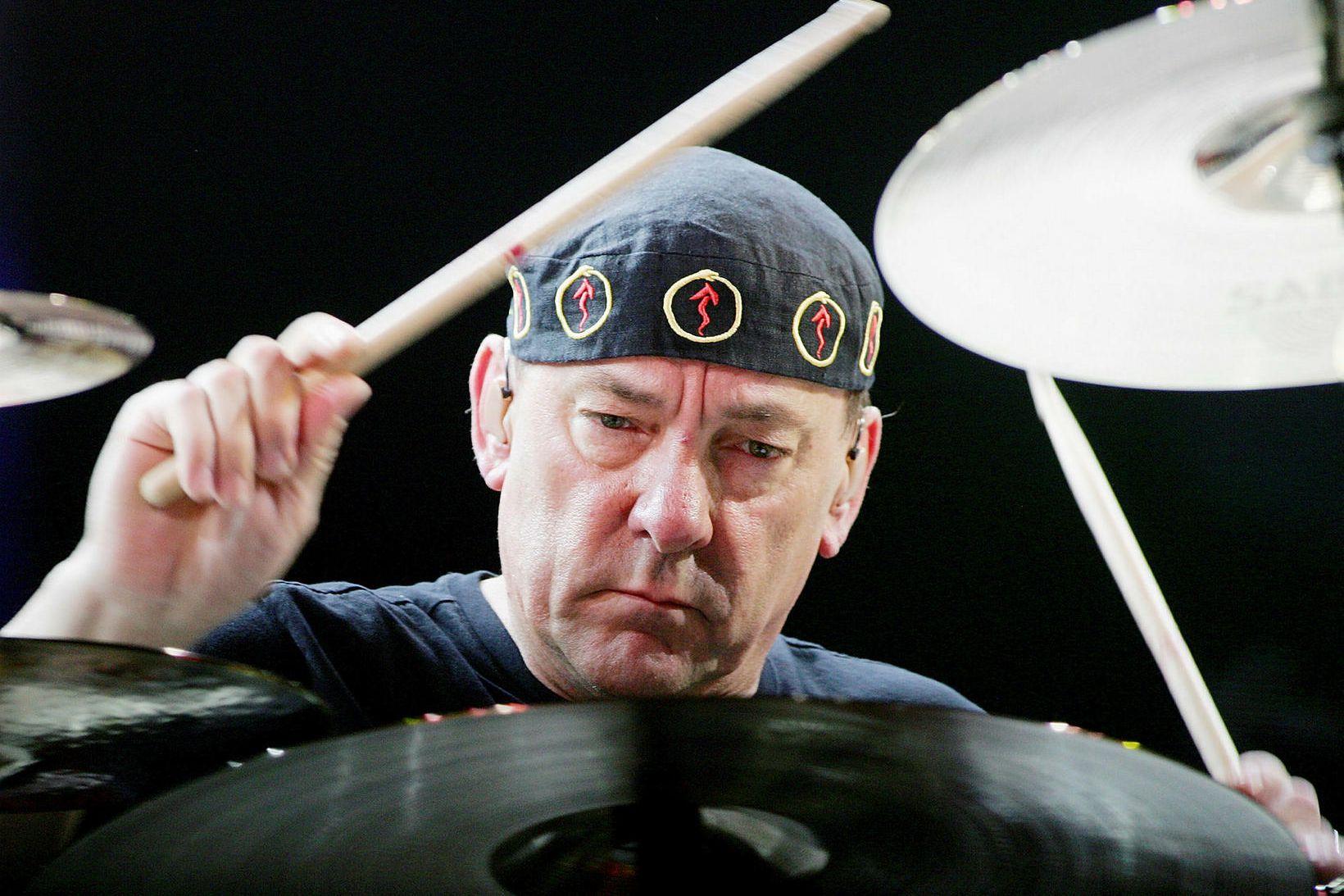Neil Peart með kjuðana á lofti á tónleikum árið 2008.