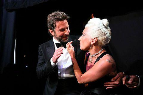 Lady Gaga og Bradley Cooper tala saman baksviðs á Óskarnum 2019.