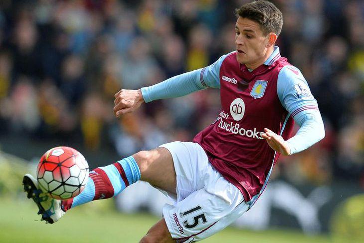 Miðjumaðurinn Ashley Westwood er kominn til Burnley frá Aston Villa.