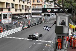 Lewis Hamilton ekur yfir endamarkið í Mónakó.