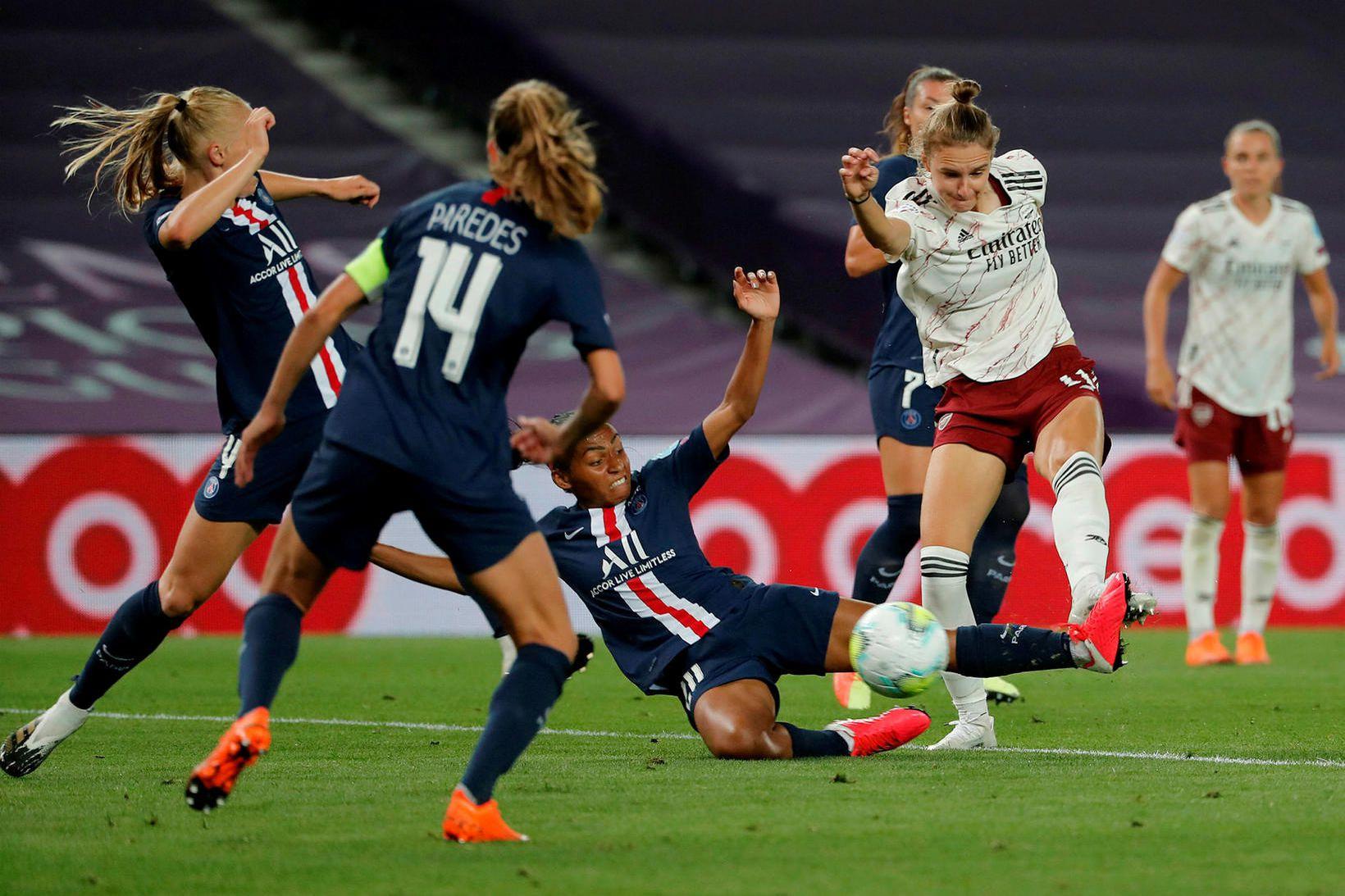 Vivianne Miedema reynir skot að marki PSG í leik Arsenal …