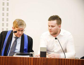 Hákon Örn Bergmann ásamt verjanda sínum í Héraðsdómi Reykjavíkur í morgun.