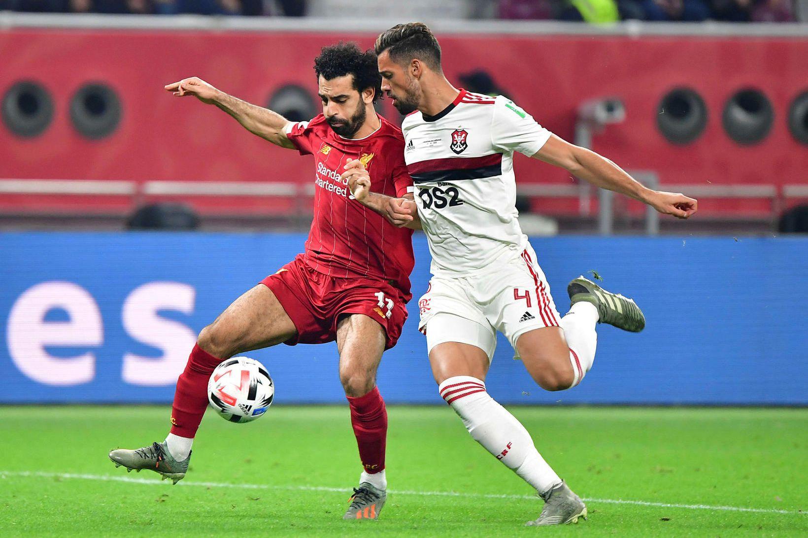 Pablo Marí í baráttu við Mohamed Salah í úrslitaleik Flamengo …