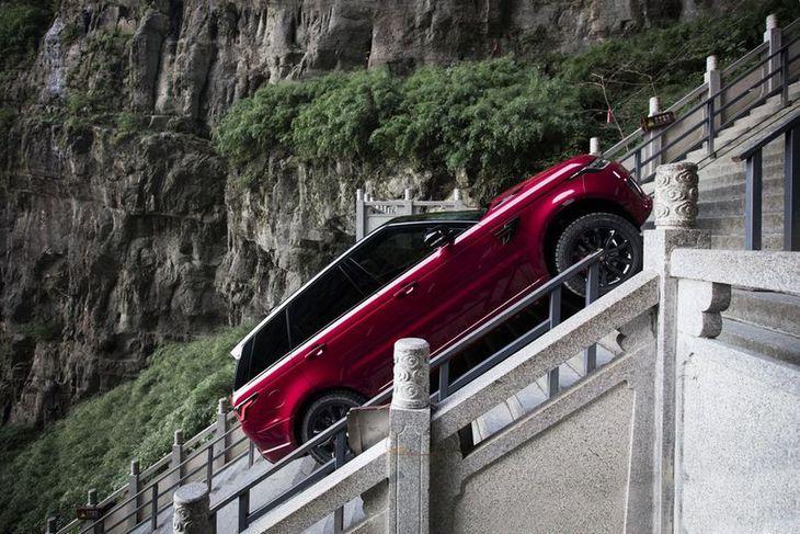 Upp snarbrattar brekkur fór Range Rover Sport tengiltvinnbíllinn fyrirhafnarlítið.