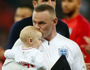 Wayne Rooney var með yngsta son sinn í fanginu en Cass Mac Rooney er á ...