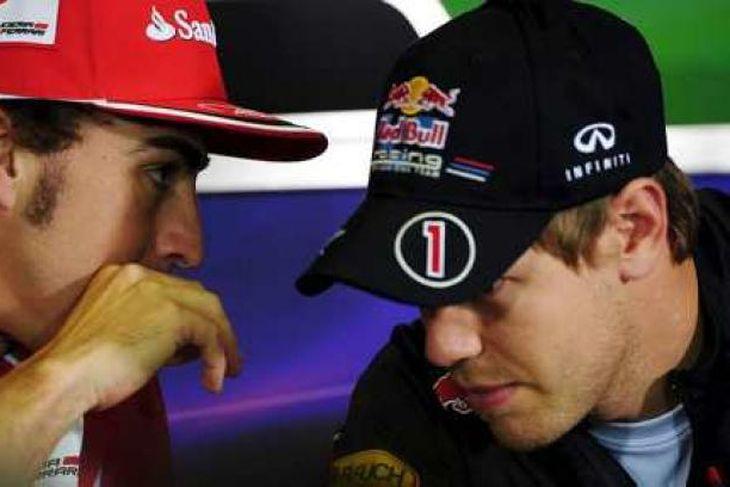 Alonso og Vettel stinga saman nefjum á blaðamannafundi í Barcelona í dag.