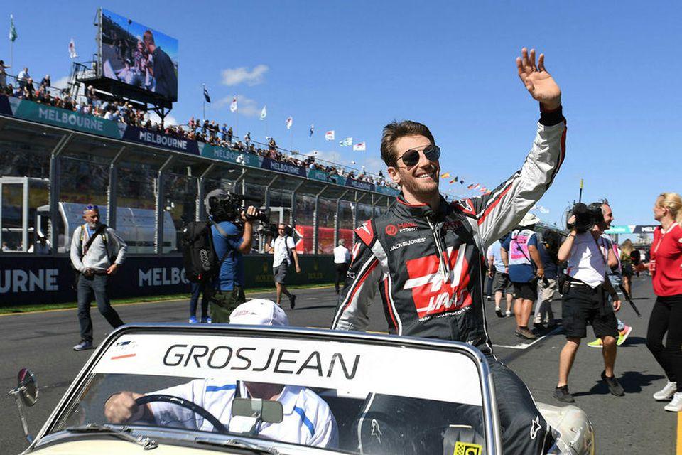Romain Grosjean veifar áhorfendum í Melbourne á heiðurshring ökumanna skömmu fyrir kappaksturinn í morgun.